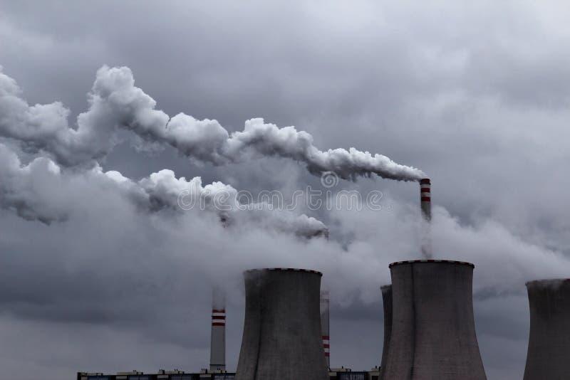 多云燃煤发电天空抽烟的岗位 图库摄影
