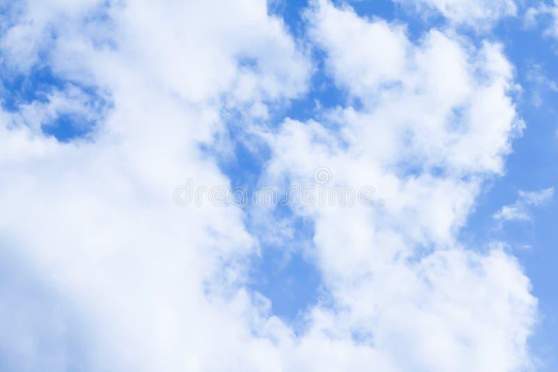 多云蓝天和明亮的空气在白天 免版税库存照片