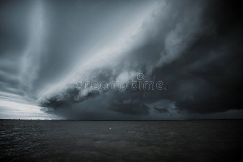 多云风暴在雨前的海 龙卷风在海上的动乱的预兆 季风季节 飓风佛罗伦萨 免版税图库摄影