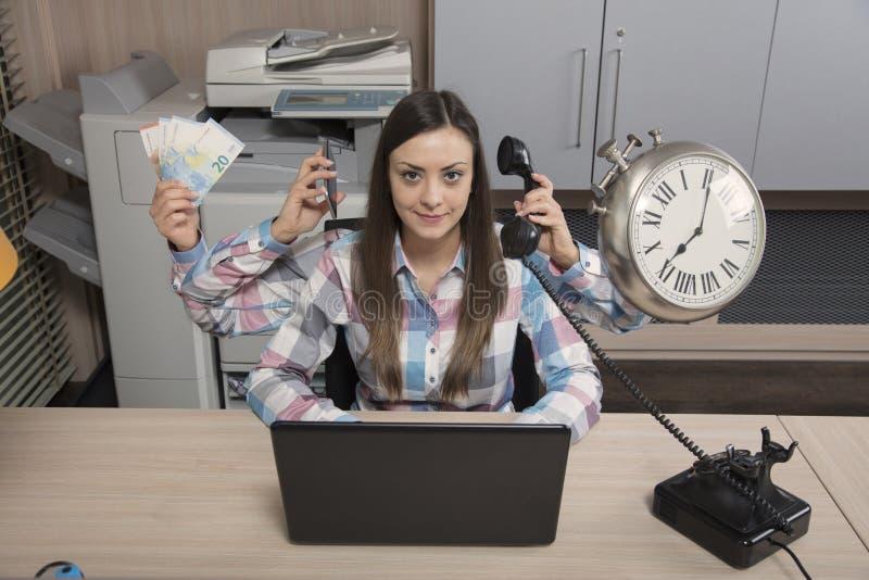 多任务女商人是一个真正的奇迹在工作 库存图片