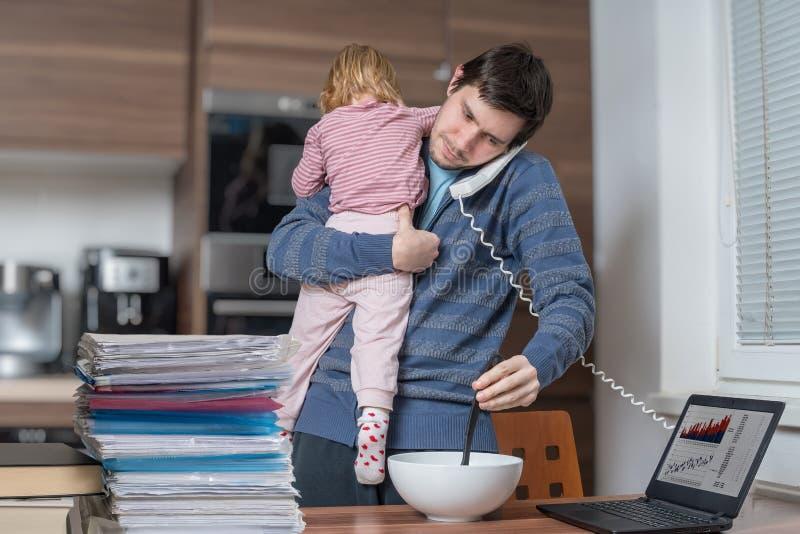 多任务父亲是在家看顾和工作 免版税库存图片