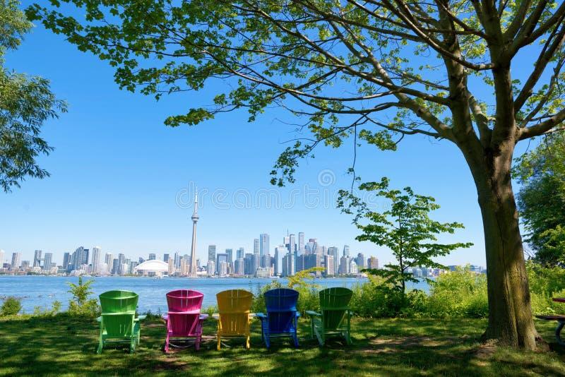 多伦多、加拿大在椅子不同的颜色和树全景从Isand在晴天 免版税库存图片