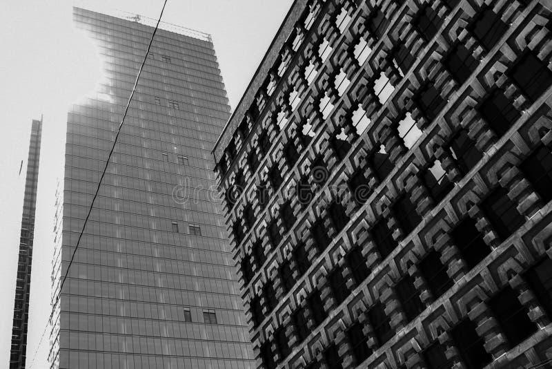 多伦多中间地区广场和摩天大楼阳光 库存照片