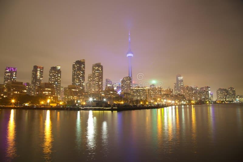 多伦多地平线在与反射的晚上在安大略湖 免版税库存图片