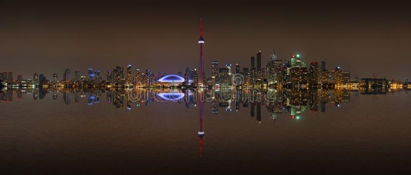 多伦多地平线在与反射的晚上 库存图片