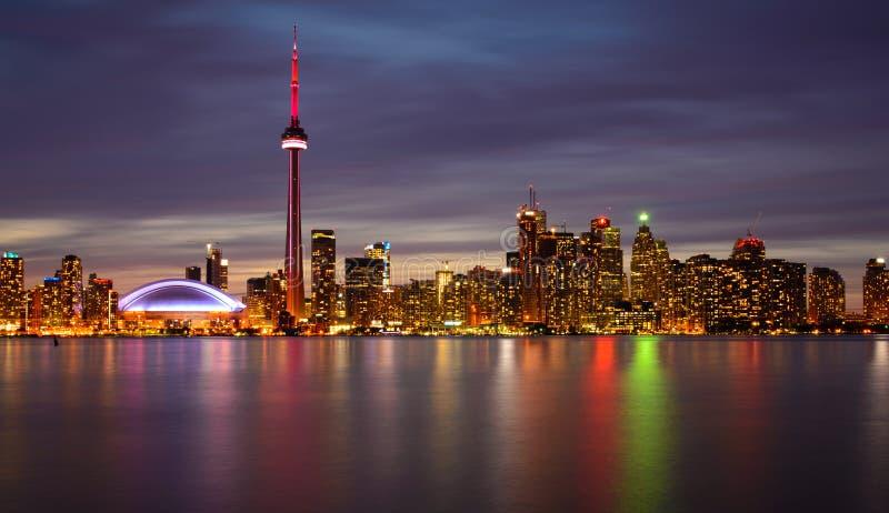 多伦多地平线在夜和反射里 库存照片