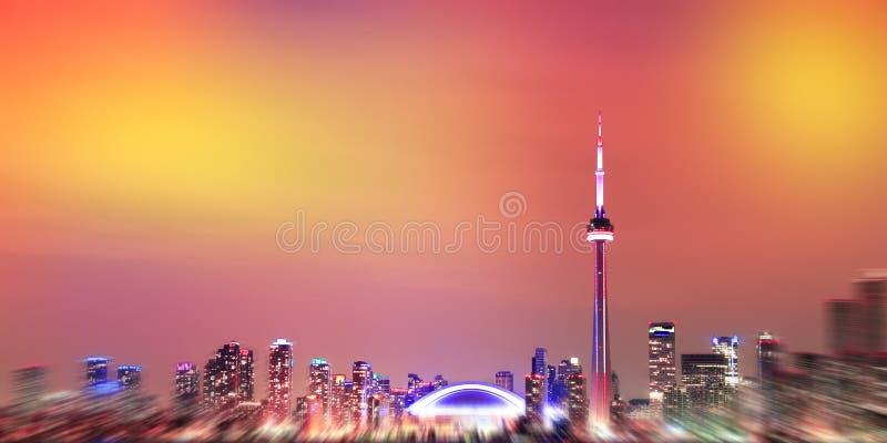 多伦多地平线的被弄脏的图象在晚上 安大略,加拿大 免版税库存照片
