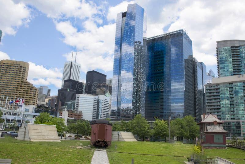 多伦多大厦和公园有蓝天的覆盖 库存图片
