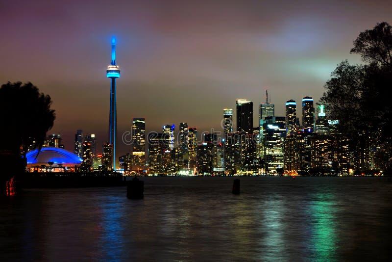 多伦多市地平线在与反射的晚上在云彩和湖 图库摄影