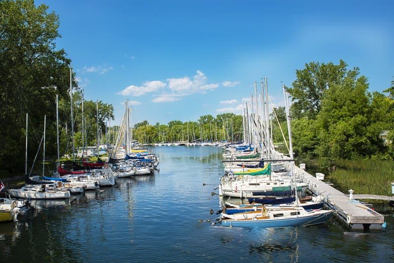 多伦多有天空蔚蓝、绿色树和云彩的海岛小游艇船坞 图库摄影