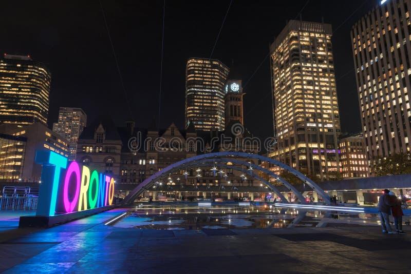多伦多看法纳丹菲利普广场的在晚上,在多伦多 库存图片
