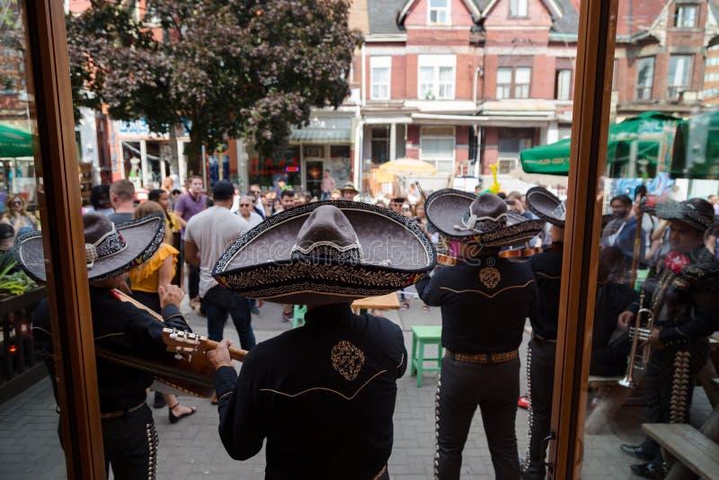 多伦多,加拿大- 2018年7月29日:墨西哥流浪乐队结合在人群前面的戏剧在多伦多` s充满活力的肯辛顿市场上 库存照片