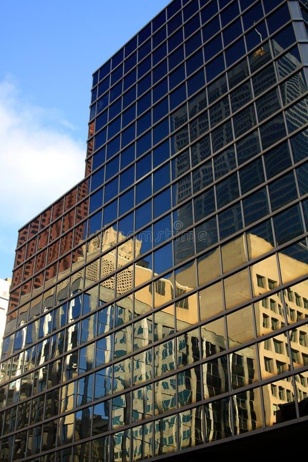 多伦多,加拿大- 1月8 2012年:反射在玻璃门面的摩天大楼和无云的天空蔚蓝 库存照片