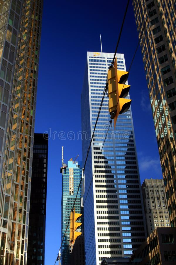 多伦多,加拿大- 1月8 2012年:摩天大楼在反对天空蔚蓝的多伦多中部与红灯 免版税库存图片