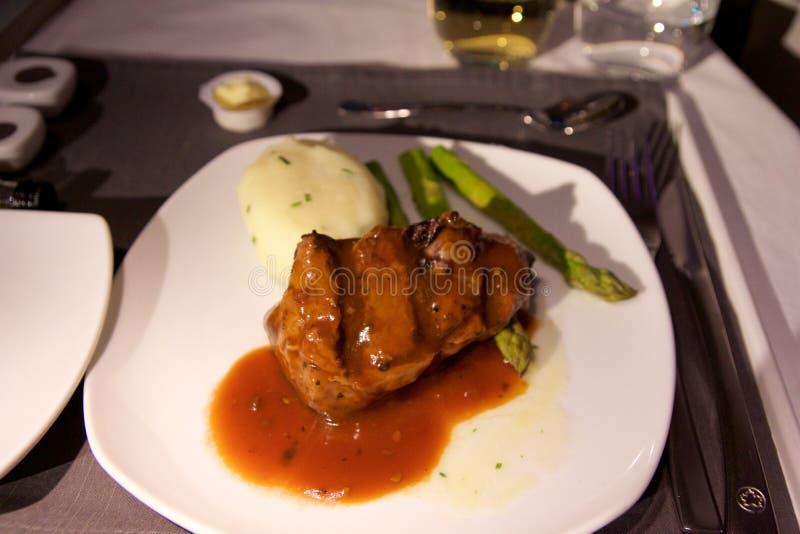 多伦多,加拿大- 2017年1月28日, :加航业务分类航空餐,与牛肉内圆角,调味汁的晚餐,被捣碎 库存照片