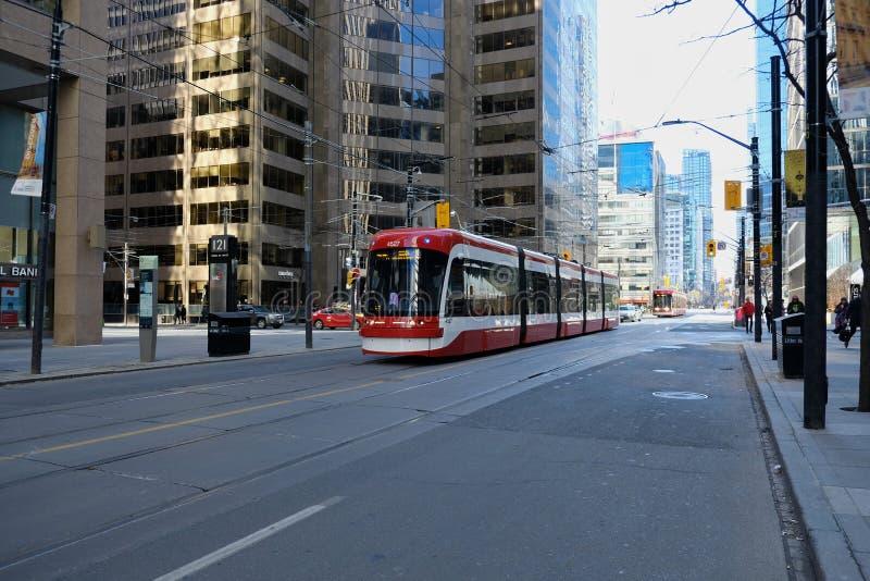 多伦多,安大略,加拿大- 2019年3月23日-多伦多TTC公共交通-在城市的街市核心的公交 路面电车 库存图片