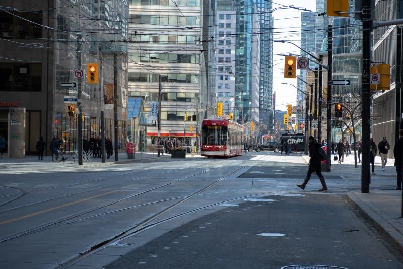 多伦多,安大略,加拿大- 2019年3月23日-多伦多TTC公共交通-在城市的街市核心的公交 路面电车 免版税库存图片