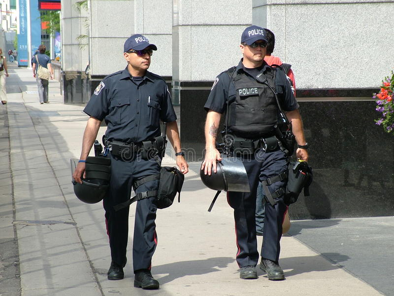 多伦多- 2010年6月23日-有防暴装备的警察在G20山顶之前的街道上在多伦多,安大略 库存照片