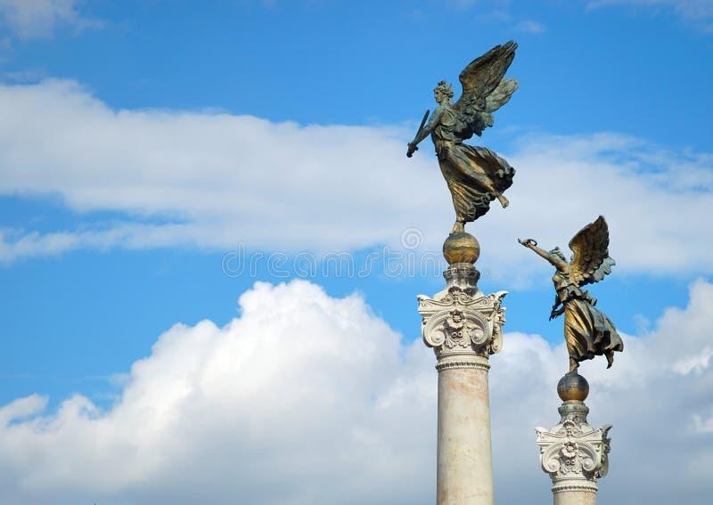 维多利亚古铜色雕象反对天空的 免版税库存图片