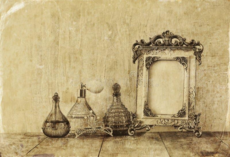 维多利亚女王时代的葡萄酒古董古典框架、首饰和香水瓶的图象 免版税库存图片