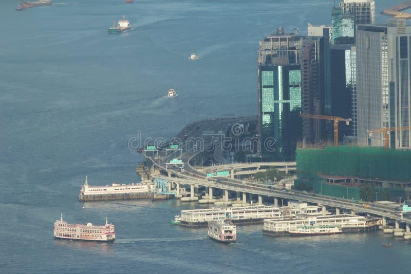 维多利亚港鸟瞰图和地平线在有都市的香港 库存照片