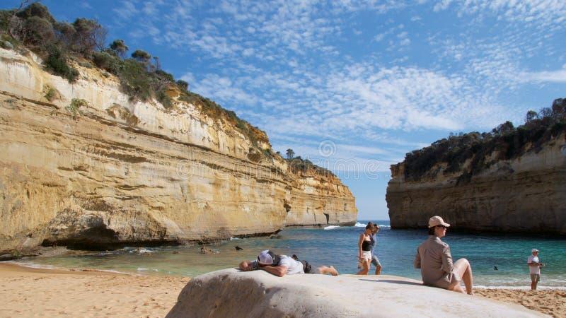 维多利亚,澳大利亚- 2015年10月:晒日光浴在海湾Ard的人们在坎贝尔港国家公园狼吞虎咽 免版税库存照片