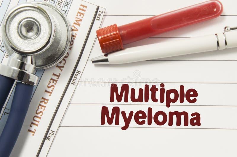 多发性骨髓瘤诊断  文本或瓶血液、听诊器和实验室血液学分析的围拢的试管 免版税库存图片