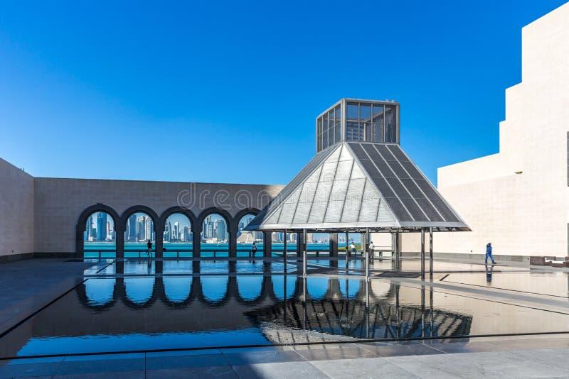 多哈、卡塔尔- 2018年1月9日-享受一个美好的晴天的本机和游人在伊斯兰教的艺术MIA博物馆城市铈的 库存照片