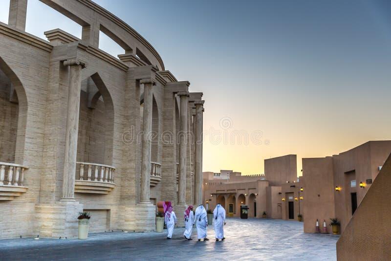 多哈、卡塔尔- 2018年1月9日-享受在黄昏的本机和居民一个开阔地带在多哈, Catar 免版税库存照片