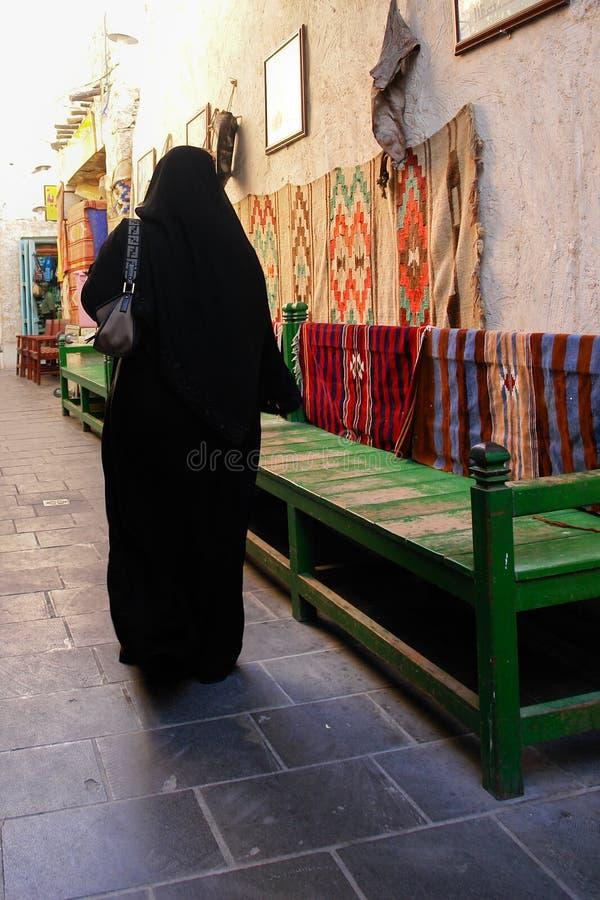 多哈卡塔尔souk被遮掩的wakif妇女 免版税库存照片
