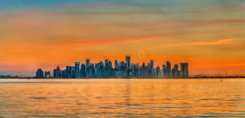 多哈地平线日落的 卡塔尔的首都 库存图片
