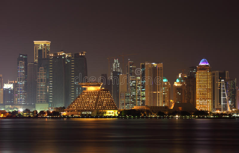 多哈市地平线在晚上,卡塔尔 免版税库存图片