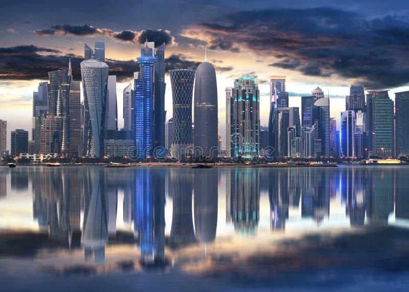 多哈市地平线市中心在晚上,卡塔尔 免版税库存图片
