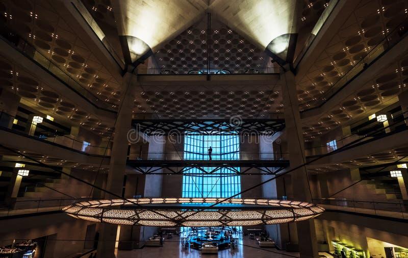 多哈市,卡塔尔- 2018年1月02日:伊斯兰教的艺术普遍的博物馆的优等的主要大厅内部在多哈市,卡塔尔 免版税库存图片