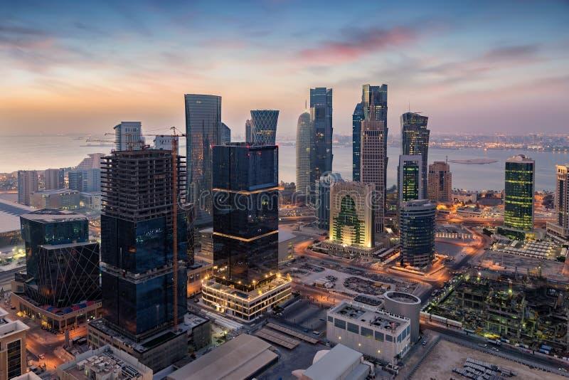 多哈的市中心的地平线在日出期间的 库存图片
