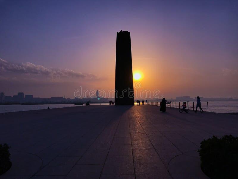 多哈铁城市公园的塔边缘在海附近的 免版税库存照片