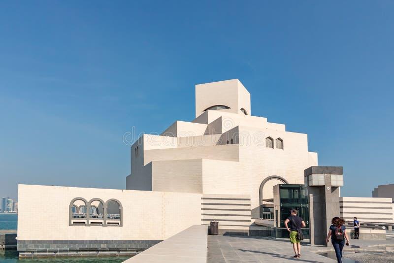 多哈,卡塔尔- 2018年12月20日:伊斯兰教的艺术,入口博物馆的大厦的外部  库存照片