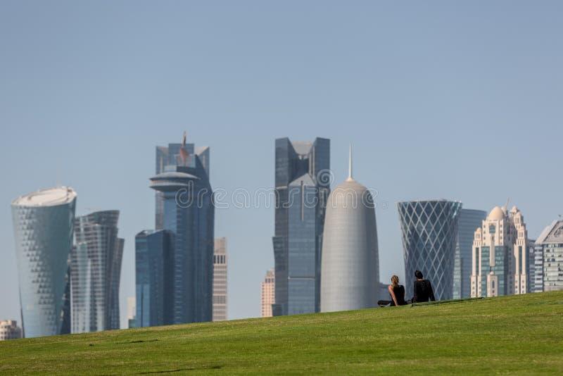 多哈,卡塔尔- 2018年1月8日-一对年轻夫妇在卡塔尔享受多哈` s街市地平线的看法  库存图片