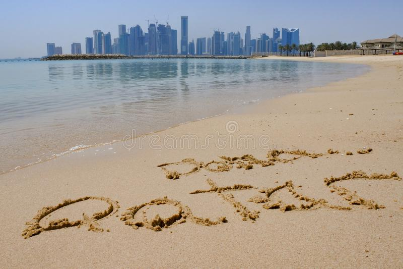 多哈,沙子的卡塔尔与多哈地平线在背景中 库存照片