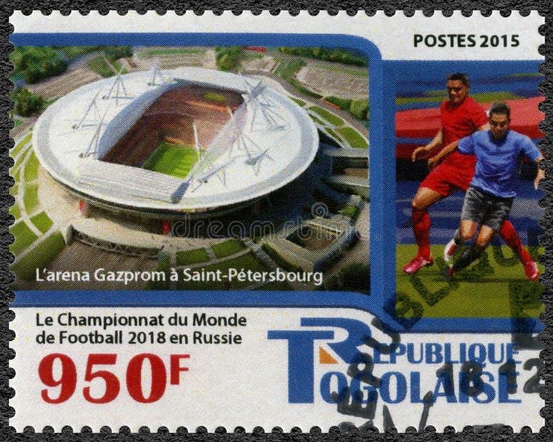 多哥- 2015年:显示足球运动员和体育场圣徒Peterburg,2018年橄榄球世界杯俄罗斯 库存图片