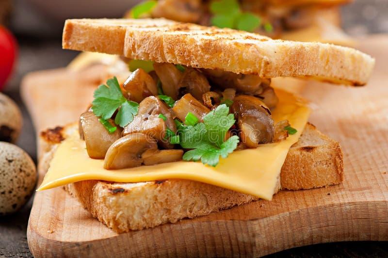 多士三明治用蘑菇 免版税库存照片