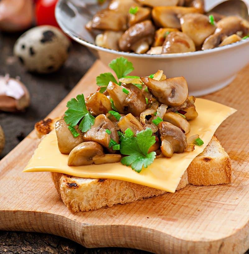 多士三明治用蘑菇 免版税图库摄影