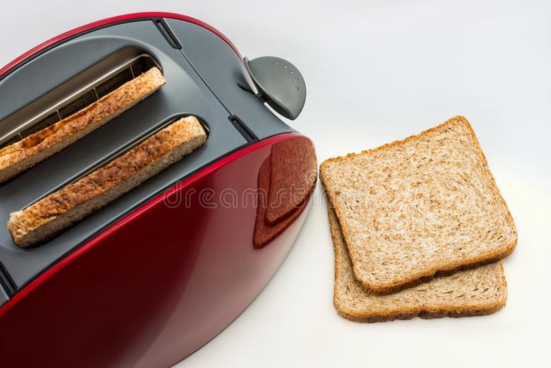 多士炉用在白色背景,厨房设备的敬酒的面包 关闭 侧视图 库存照片