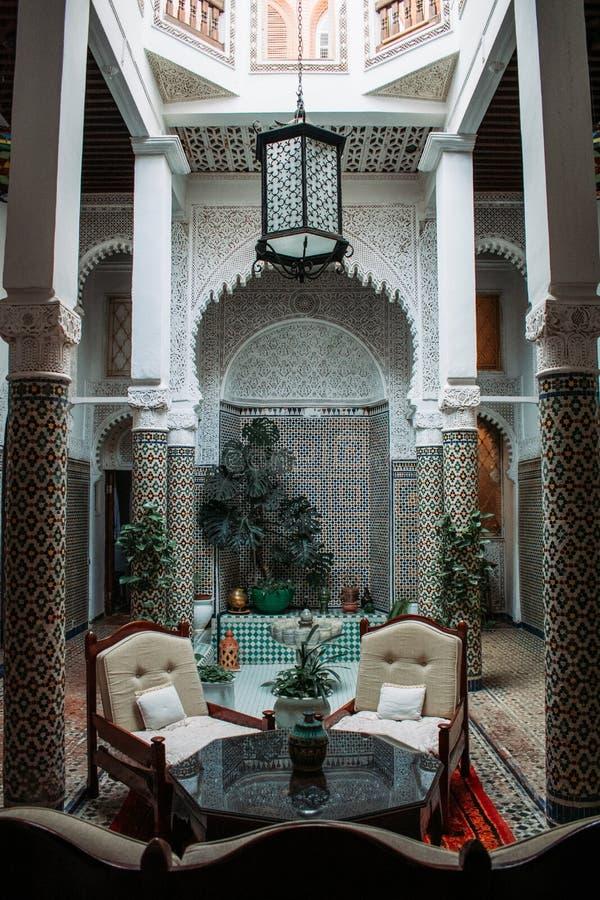 多士用荷兰巧克力在被隔绝的白backgroundTypical传统摩洛哥人Riad洒与美好的室内设计 免版税库存图片