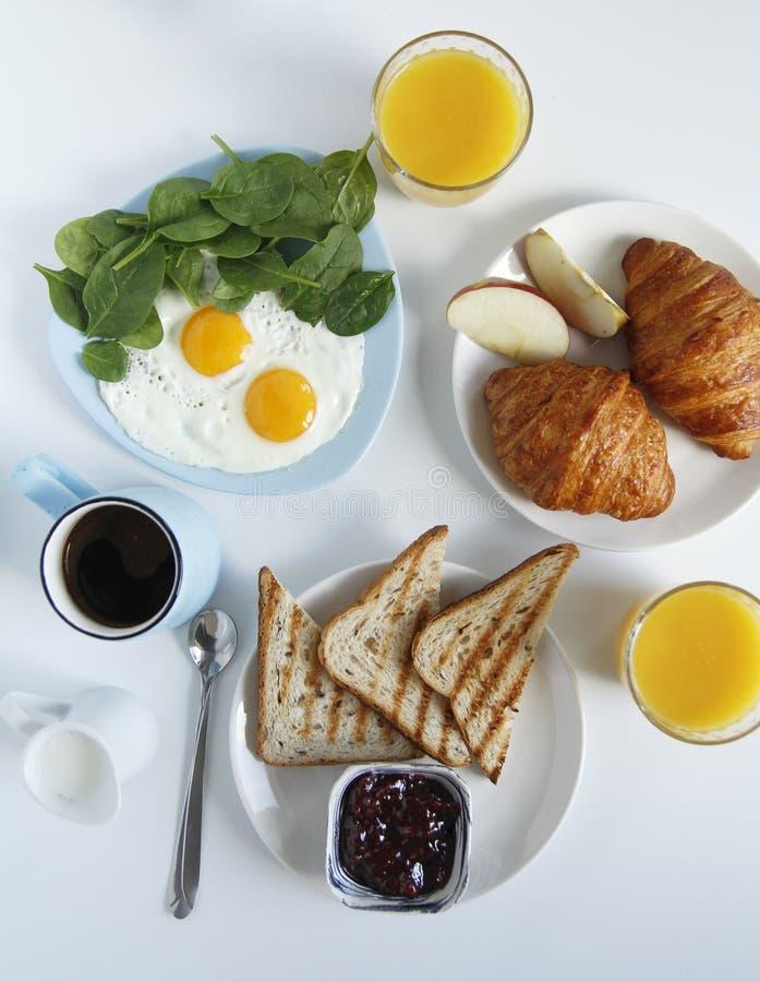 早餐顶视图 r 多士,新月形面包 图库摄影