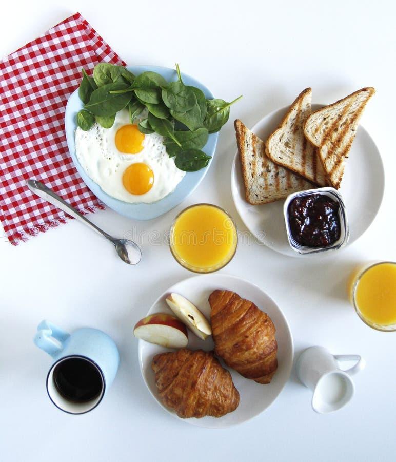 早餐顶视图 r 多士,新月形面包 库存照片