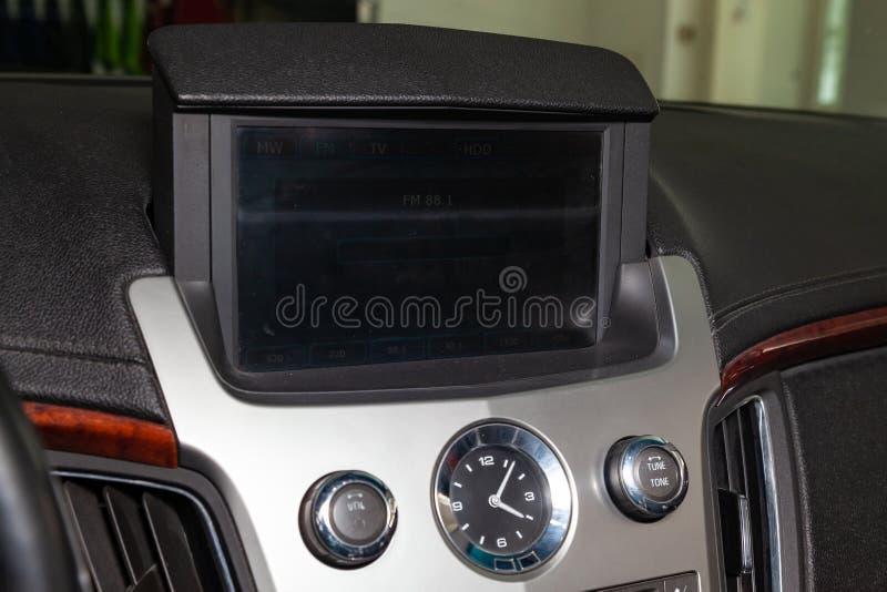 多媒体系统的控制板、收音机、电话、激昂的位子和透气、紧急刹车按钮和一个孔为 免版税库存图片