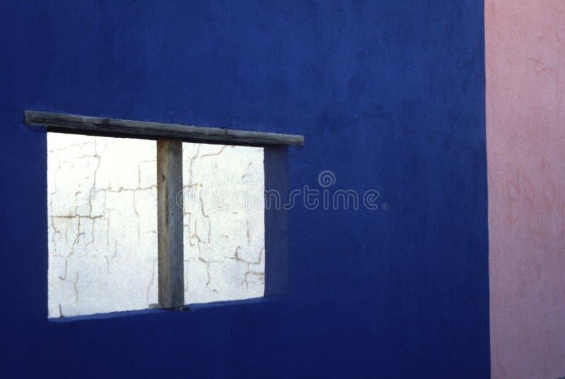 多孔黏土墙壁视窗 免版税库存照片