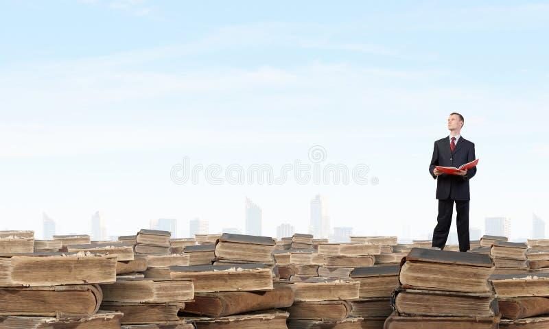 Download 多少本书让您读 库存图片. 图片 包括有 法律, 研究, 学习, 生意人, 总公司, 白种人, 成人, 钉书匠 - 59105981