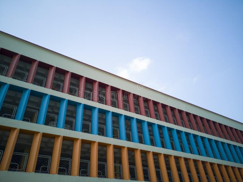 多层的停车场的五颜六色的墙壁 免版税库存照片